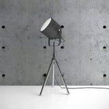 Kruszcowa tripod lampa, betonowa ściana w pustym pokoju i Fotografia Royalty Free