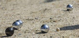 Kruszcowe petanque trzy piłki i mała drewniana dźwigarka zdjęcia royalty free