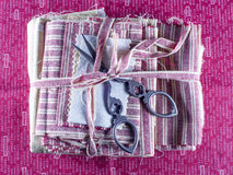 Kruszcowi nożyce na tkaninie. Fotografia Royalty Free