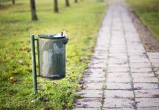 Kruszcowy kubeł na śmieci - zanieczyszczenia pojęcie fotografia royalty free