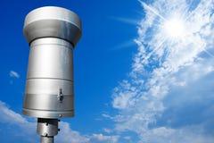Kruszcowy Podeszczowy wymiernik na niebieskim niebie Obraz Royalty Free