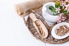 Kräutermedizinpillen über Weiß Stockfotos
