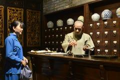 Kräutermedizinshop des traditionellen Chinesen, Wachsfigur, China-Kulturkunst Stockfotografie
