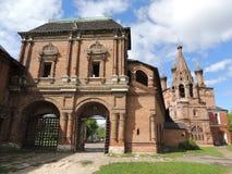 Krutitskiy Teremok, de Verrijzenispassages en de Heilige poort in Krutitsy-Kloostermetochion stock afbeeldingen