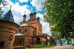 Krutitsy Patriarchale Metochion De oude baksteenkerk op een blauwe hemel met wolken Moskou, Rusland royalty-vrije stock foto