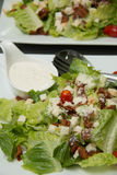 Krutonger för Caesar sallad, bacon, parmesanost och Caesar dres Royaltyfri Bild