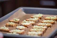 Krutonger för svart bröd, ost med kryddor rostat bröd på ugnen fotografering för bildbyråer