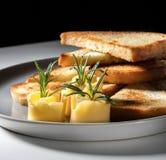 Krutonger med ost och örter på en platta royaltyfri bild