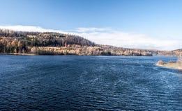 Kruzberk与五颜六色的秋天森林的水库在奥帕瓦河市附近的捷克共和国 免版税库存照片