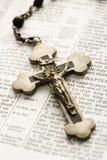 Kruzifix auf Bibel. stockfoto