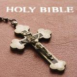 Kruzifix auf Bibel. Lizenzfreie Stockfotos
