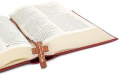 Kruzifix auf einer Bibel stockfotos