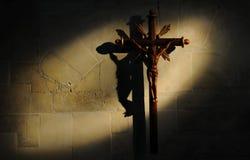 Kruzifix auf Steinwand lizenzfreies stockbild