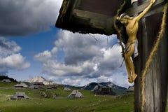 Kruzifix in den Bergen Stockbilder