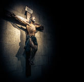 Kruzifix in der Kirche auf der Steinwand. Lizenzfreies Stockfoto