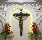 Kruzifix in einer katholischen Kirche Stockfotos