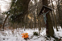 Kruzifix im Holz Stockfotografie