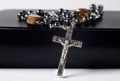 Kruzifix-Rosenbeet auf Bibel Lizenzfreies Stockbild