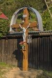 Kruzifix am sonnigen Morgen in Medzev-Dorf lizenzfreie stockfotos
