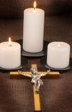 Kruzifix und drei Kerzen stockfotografie