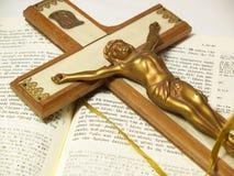 Kruzifix und griechisches neues Testament Stockbilder