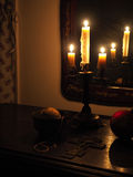 Kruzifix und Kerzen in der Dunkelheit Lizenzfreie Stockfotos