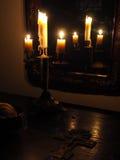 Kruzifix und Kerzen in der Dunkelheit Lizenzfreies Stockfoto