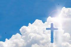 Kruzifixkreuz auf schönem Himmel mit Sonnenstrahl Heiliges Kreuz von Jesus Christus auf Wolkenhintergrund stockfoto