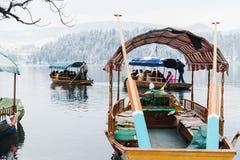 KRWAWIĄCY, SLOVENIA, STYCZEŃ - 2015: barkarze odtransportowywają turystów wyspa na jeziorze obraz stock