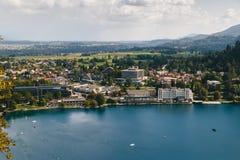 Krwawiący, Slovenia, Wrzesień -, 8 2018: Widok z lotu ptaka Krwawiący miasto ucieka się, hotele, domy, parki i plaże lokalizujący obraz royalty free