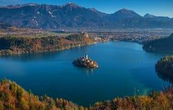 Krwawiący, Slovenia - wschód słońca przy jeziorem Krwawił bierze od Osojnica punktu widzenia z tradycyjnymi Pletna łodziami i Krw Obraz Stock