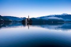 Krwawiący jezioro na zima ranku obraz royalty free