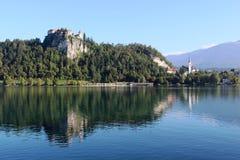 Krwawiący odbicia w jeziorze i kasztel Krwawiliśmy Slovenia Zdjęcia Royalty Free