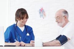krwi lekarki pomiarowy nacisk Zdjęcia Royalty Free