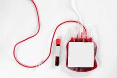 Krwi paczka dla transfuzyjnej i próbnej tubki na białym tle, odgórny widok zdjęcie royalty free