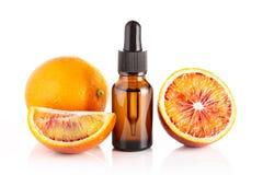 Krwionośnej pomarańcze istotny olej odizolowywający na białym tle zdjęcia stock