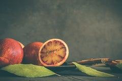 Krwionośne pomarańcze na ciemnym i nieociosanym tle, obraz stock