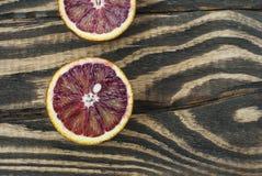 Krwionośne pomarańcze na drewnianym tle fotografia royalty free