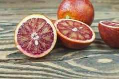 Krwionośne pomarańcze na drewnianym tle zdjęcie royalty free