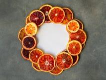 Krwionośni soczyści Sycylijscy pomarańcze plasterki na szarym tle w okrąg ramie Pokrojona krwiono?nej pomara?cze tekstura t?a cyt obrazy royalty free