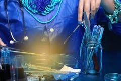 Krwionośny Szklanej tubki Lab test z narzędzia wyposażeniem i mody ręką Zdjęcie Stock