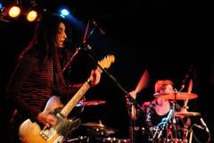 Krwionośni rewolucjonistka buty, alternatywa rockowy duet od Brighton tworzyli Mary Carter i Steven Ansell, wykonuje przy Barcelon Zdjęcie Royalty Free