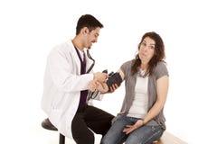 krwionośny czek lekarki naciska wzruszenie ramion Fotografia Stock