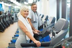 krwionośna sprawdzać para obramiał gym mężczyzna naciska s starszej strzału pionowo kobiety Fotografia Royalty Free