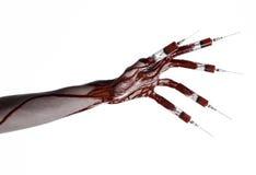 Krwista ręka z strzykawką na palcach, palec u nogi strzykawki, ręka opryskuje, okropna krwista ręka, Halloween temat, żywy trup l Obrazy Royalty Free