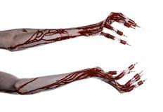 Krwista ręka z strzykawką na palcach, palec u nogi strzykawki, ręka opryskuje, okropna krwista ręka, Halloween temat, żywy trup l Obraz Stock