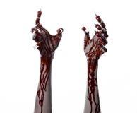 Krwista ręka z strzykawką na palcach, palec u nogi strzykawki, ręka opryskuje, okropna krwista ręka, Halloween temat, żywy trup l Obrazy Stock