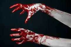 Krwiste ręki w białych rękawiczkach, skalpel, gwóźdź, czarny tło, żywy trup, demon, maniaczka Obraz Royalty Free