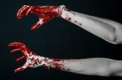 Krwiste ręki w białych rękawiczkach, skalpel, gwóźdź, czarny tło, żywy trup, demon, maniaczka Zdjęcia Royalty Free