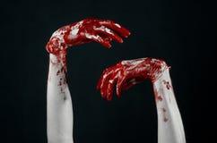 Krwiste ręki w białych rękawiczkach, skalpel, gwóźdź, czarny tło, żywy trup, demon, maniaczka Zdjęcie Stock